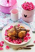 Ganzes Hähnchen auf Rosenblättern zum Valentinstag
