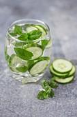 Aromatisiertes Wasser mit Gurken, frischer Minze und Eiswürfeln