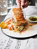 Gegrilltes Lachsfilet mit Coleslaw und Pesto im Diner