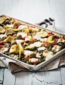 Pizza mit Spinat, Artischocken und gefüllten Oliven