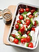 Tomaten-Mozzarella-Spiesschen mit Basilikum und Balsamico-Vinaigrette