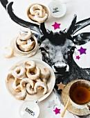 Vanillekipferl und Tee zu Weihnachten