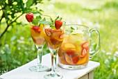 Sommerdrink mit frischen Früchten und Beeren