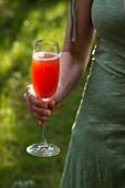 Frau mit einem Glas Aperol Spritz