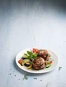 Schweinefilet aus der Grillpfanne mit Gemüse und Kräutern