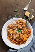 Muschelnudeln mit Tomatensauce und Parmesan
