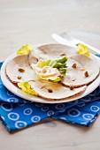 Putenbraten mit Mayonaise im Salatblatt und Kapern