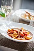 Pasta all'amatriciana (Nudeln mit Tomaten, Speck, Pecorino und Chili, Italien)