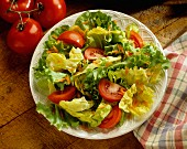 Mixed leaf salad with tomatoes and carrots