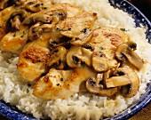 Sautierte Hühnerbrust mit Champignons auf Reis (Nahaufnahme)