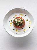 Kaltes, weißes Tomatensüppchen mit gefüllter Tomate