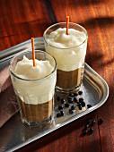 Latte Macchiato von schwarzen Bohnen und Bergkäse
