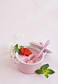 Erdbeermousse im Schälchen, angebissen