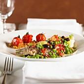 Meerbrasse mit Erbsen, Oliven & Tomaten