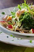 Spinatsalat mit Apfel, Fenchel, Räucherforelle und Joghurtdressing