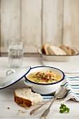 Kartoffel-Lauch-Suppe mit Speck und Brot