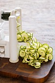 Zucchini-Bandnudeln mit einem Sprialschneider schneiden