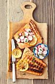 Gegrillter Lachs mit Honig-Soja-Glasur mit Radieschen, Frühlingszwiebeln und Dill