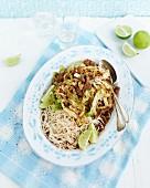 Asia-Wirsing mit Rindfleisch und Limette
