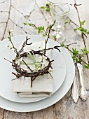 Frühlingshafte Tischdeko mit Blütenzweigen und Kränzchen