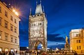 Der hell erleuchtete Brückenturm in Prag