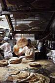 Fladenbrote herstellen in einer Bäckerei (Libanon)