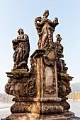 Skulpturen der heiligen Barbara, Margarete und Elisabeth auf der Karlsbrücke, Prag