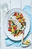 Gedämpftes Kabeljaufilet mit Salat