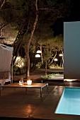 Romantischer Platz am abendlich beleuchteten Pool