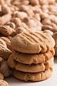 Ein Stapel Erdnussbuttercookies