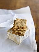 Schimmelkäse & ein Stapel Cracker