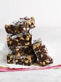 Ein Stapel Brownies mit Nüssen & Pistazien