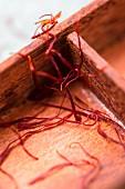 Safranfäden in einer Holzkiste