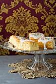 Kuchenstücke mit Zuckerguss und bunten Zuckerperlen