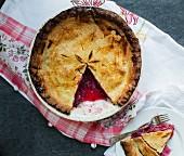 Angeschnittener Pie mit Apfel-Pflaumenfüllung