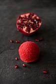 Eine Kugel Granatapfelsorbet