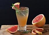 Gin mit rosa Grapefruit und Estragon