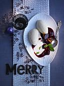 Weisses Honig-Schokoladen-Mousse mit Glühweinkirschen zu Weihnachten