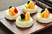 Rice pudding tartlets with fruit
