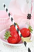 Stillleben mit frischen Erdbeeren, Strohhalm & Backförmchen