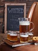 Bier in Krug und Gläsern