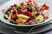 Caponata mit Zucchini, schwarzen Oliven, Zwiebeln, roter und gelber Paprika, Auberginen und Stangensellerie