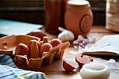 Eier, Knoblauch und Salz in der Küche