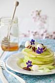 Grüner Apfelsalat mit Sellerie, Pekannüssen und Honig