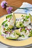 Avocado mit Joghurt, Knoblauch, Sprossen und Schnittlauchblüten