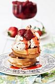 Waffeln mit Eiscreme und Erdbeeren in Sirup mit Kardamom und Rosenwasser