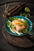 Black salsify salad with salmon, baby spinach and a soya dressing (Asia)