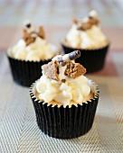 Cupcakes mit weisser Schokolade, Ingwerplätzchen und Schokoladenröllchen