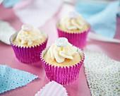 Cupcakes mit Zuckerherzen zum Valentinstag