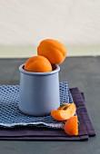 Frische Aprikosen im Becher